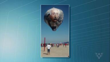 Balão 'gigante' com fotos de Einstein e da bomba atômica cai em praia - Incidente ocorreu neste domingo, em Santos, e chamou a atenção de moradores e turistas