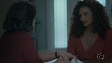 Leila pede o telefone de Bibi para Heleninha - Irmã de Caio tenta convencer a arquiteta a desistir de procurar a esposa de Rubinho