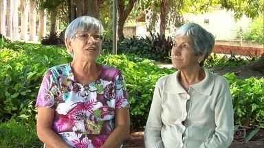 Irmãs desenvolvem método exclusivo para comunicação - As duas perderam a audição por conta de uma infecção na infância. Depois disso, uma delas também teve problemas na visão. Aí a técnica criada por elas começou a ser essencial para a comunicação