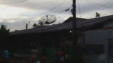 Crianças sobem em telhado de escola em Macapá para empinar pipa - Cena foi registrada por moradores no bairro Zerão, na Zona Sul. Diretora falou que a cena é comum, mas que as crianças não são alunos da instituição.