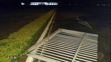 Carro tenta invadir residência oficial da presidência da República em Brasília (DF) - Adolescente que conduzia o veículo ficou sob guarda do Exército até ser conduzido para Polícia Federal. Presidente não estava na residência oficial no momento.
