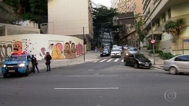 Policiamento é reforçado nos acessos ao morro Pavão-Pavãozinho, em Copacabana - A madrugada desta quinta-feira (29) foi muita tensa na comunidade. Na quarta, houve um intenso confronto. Bandidos jogaram uma granada nos policiais. Houve tiroteio também na Rocinha, onde duas pessoas morreram desde quarta-feira.