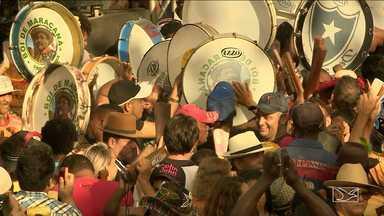 Capela de São Pedro recebe centenas de grupos de bumba meu boi em São Luís - Milhares de pessoas amanheceram no largo da Capela de São Pedro, no bairro da Madre Deus