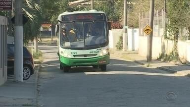 Usuários reclamam do atraso e da superlotação das linhas de ônibus emergenciais - Usuários reclamam do atraso e da superlotação das linhas de ônibus emergenciais