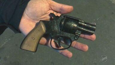 Assalto a depósito de bebidas termina com suspeito baleado em Americana - Uma arma falsa foi apreendida durante a ação. Os outros três suspeitos que participaram do assalto estão foragidos.