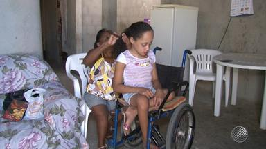 Menina com doença rara ganha andador após esforço da mãe e ajuda de empresário - A criança tem uma doença que deixa os ossos fragilizados. Após saber da história, um empresário se comprometeu a doar o equipamento que custa R$ 3 mil.