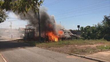 Casa fica completamente destruída pelo fogo em Cacoal, RO - Veja mais dados sobre queimadas urbanas.