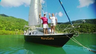 Casal constrói barco na Ilha Grande para viver no mar - Juntos, Mara e Hélio navegaram pelo Brasil e pelo mundo. 'O melhor lugar de todos é a região da Ilha Grande', diz Mara.