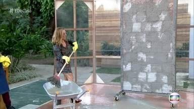 Cissa Guimarães chapisca parede com vassoura - A apresentadora testou técnicas diferentes de aplicar chapisco