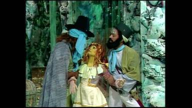 Memórias de Emília - Episódio 5 - Emília e Narizinho decidem elas mesmas tentar libertar Pedrinho das mãos dos piratas, mas a boneca acaba ficando refém.