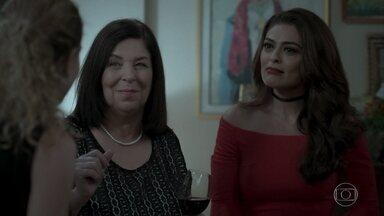 Bibi não reconhece Ivana - As meninas conversam sobre a presença de Bibi no casamento