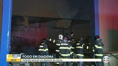 Incêndio atinge depósito de móveis no ABC paulista - Chamas já foram isoladas e não há vítimas, segundo bombeiros.