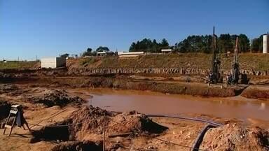 Estação de Tratamento de Esgoto de Bauru enfrenta impasses desde 2014 - Considerada uma das maiores obras sanitárias do estado de São Paulo, a construção da Estação de Tratamento de Esgoto de Bauru enfrenta impasses desde 2014. O atraso pesa no custo final da obra e o município é um dos maiores poluidores do rio Tietê da região Centro-Oeste Paulista.