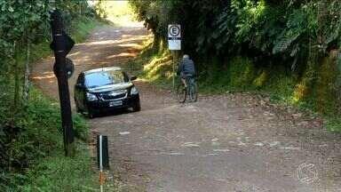 Zé do Bairro vai pela sexta vez à Serrinha do Alambari, em Resende, RJ - Moradores reclamam das más condições na estrada de acesso.