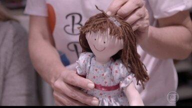 Angélica conhece o projeto Bonecas de Propósito - Bonecas levam alegria para crianças que estão em tratamento de doenças severas