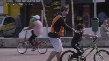 Caio Ribeiro ensina criança a pedalar - Jornalista se diz recompensado com resultado