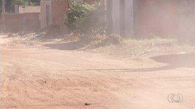 Moradores do setor Santa Fé 2 sofrem com a poeira nas ruas que não tem asfalto - Moradores do setor Santa Fé 2 sofrem com a poeira nas ruas que não tem asfalto