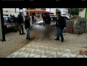 Homem é encontrado morto no Bairro Caravelas, em Governador Valadares - Próximo ao corpo foram encontrados um pedaço de pau e uma pedra, sujos de sangue.