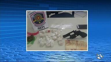 Dois homens são presos por tráfico de drogas em Toritama - Também foi encontrado um revólver e dinheiro.