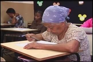 Instituição em Ituiutaba ajuda população a se alfabetizar - Programa de Educação para Jovens e Adultos (Peja) tem 300 inscritos. Aulas são gratuitas e são voltadas para pessoas que nunca tiveram a chance de estudar.