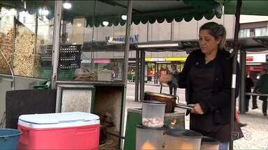 Aumenta procura por informações sobre vendedores ambulantes em Curitiba - Na crise, algumas pessoas buscaram trabalhar com venda de pipoca, frutas e roupas pelas ruas.