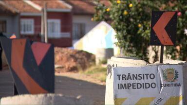 Impasse entre prefeitura e moradores está atrasando as obras em rua de Curitiba - Moradores dizem que compraram os terrenos e não querem desocupar a área.