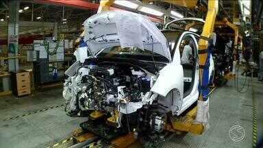 Indústria automobilística do Sul do Rio impulsiona superavit na economia - Em junho foi registrado o melhor índice da balança comercial, graças ao aumento nas exportações. ERRATA: na reportagem, nós dissemos que 40% das exportações da PSA Peugeot são direcionadas ao mercado argentino. Na verdade, a informação correta é de que 90% dos veículos produzidos em Porto Real vão para a Argentina.
