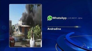 Incêndio em casa se alastra e atinge sorveteria em Andradina - Uma sorveteria pegou fogo na manhã desta quinta-feira (13), no bairro Vila Santo Antônio, em Andradina (SP). Ninguém ficou ferido. De acordo com os bombeiros, o fogo começou em uma casa e se alastrou até a sorveteria. A polícia ainda não sabe o que pode ter causado o incêndio. As causas serão investigadas. Os prejuízos também não foram calculados.