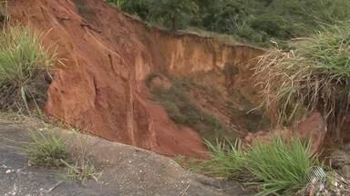 Chuva forte abre cratera na BR-101, entre Itamaraju e Itabela - A cratera foi aberta no quilômetro 750, perto da ponte dos Frades.