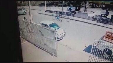 Imagem flagra batida de carro em motociclista em Passa Quatro (MG) - Imagem flagra batida de carro em motociclista em Passa Quatro (MG)
