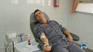 Competição solidária incentiva a doação de sangue em Bauru e Marília - Em Bauru e Marília (SP), as equipes do Corpo de Bombeiros decidiram entrar em uma competição solidária nesta quinta-feira (13) para incentivar o gesto. A iniciativa aproveita o mote da campanha 'Bombeiro Sangue Bom', realizada pela corporação no estado de São Paulo.