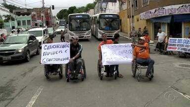 Cadeirantes bloqueiam corredor de ônibus no centro de Maceió em protesto - Manifestantes ficaram na rua com cartazes pedindo mais acessibilidade.