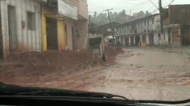 Lama em Bebedouro continua tirando o sossego de moradores do bairro - Local teve deslizamento de barreira há duas semanas.