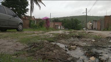 Internautas reclamam de falta de calçamento em ruas de Campina Grande - Moradores de alguns bairros da cidade enviaram fotos e vídeos de problemas nas ruas.