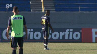 Por dentro do treino: Londrina tenta manter o embalo contra o Boa Esporte - Em treino realizado no Estádio do Café, técnico Claudio Tencati confirma o Tubarão com apenas uma mudança na zaga.