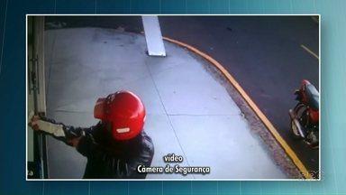 Polícia procura homem que atirou em farmacêutico em Cianorte - Câmeras de segurança flagraram o momento em que o homem chegar armado e atira
