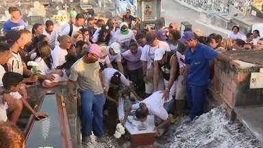 Adolescente que morreu por causa de celular é enterrado - Guilherme Ancelmo tinha 15 anos. Polícia investiga se os bandidos que tentaram levar o aparelho dele são os mesmo que tentaram assaltar o adolescente na semana passada.
