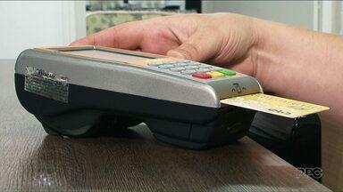 Pesquisa aponta que 57% dos usuários de cartões de crédito não controlam os gastos - Usar o cartão sem ficar de olho na fatura pode ser uma pegadinha. Muita gente já se viu endividada com essa atitude.