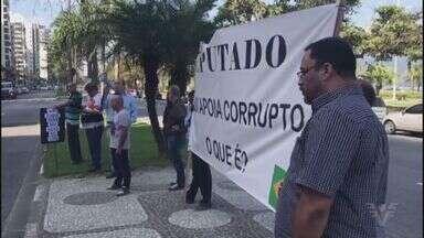 Grupo protesta em frente ao prédio de Beto Mansur em Santos - Manifestantes usaram sacos de lixo para se manifestar.