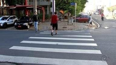 Pedestres sofrem para atravessar ruas e avenidas de Rio Preto durante o sinal vermelho - Quem anda a pé por Rio Preto (SP), tenta atravessar as ruas, já percebeu que mesmo na faixa de pedestre, no semáforo, nem sempre tem tempo suficiente para atravessar. É difícil aproveitar o tempo do sinal vermelho num cruzamento para atravessar em segurança.