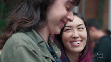 Tina e Lica convocam alunos para apitaço - Bóris percebe a movimentação estranha dos alunos e tenta conversar com eles. Malu pega o celular da mão de Juca e deixa o orientador irritado