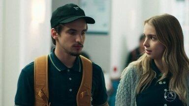 Felipe apoia atitude de Lica e irrita Clara - Clara ameaça contar para Malu sobre o apitaço e discute com o namorado