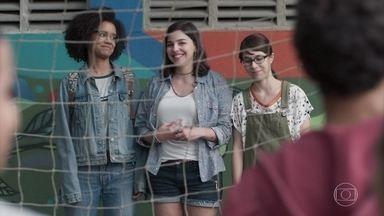 Keyla, Benê e Ellen têm ideia para arrecadar dinheiro para a escola - As meninas convocam os alunos para promover uma balada junina