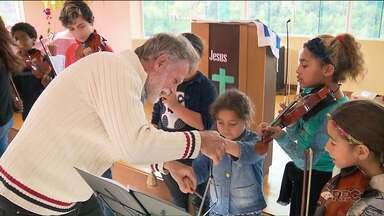 Projeto de música muda a realidade de crianças carentes em Almirante Tamandaré - O projeto ajuda muita gente e sobrevive de doações.