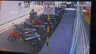 Suspeitos de assaltos são capturados pela Polícia Militar - Quatro homens e uma mulher foram presos na tarde desta sexta-feira (14), por equipes da polícia militar em diferentes pontos da cidade, suspeitos de vários assaltos praticados em Santarém ao longo da semana.
