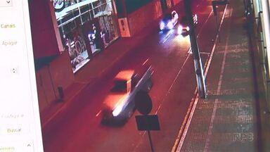 Jovem é detido suspeito de ter participado de racha no centro de Guarapuava - Polícia Militar flagrou dois carros em alta velocidade na rua Padre Chagas no centro da cidade