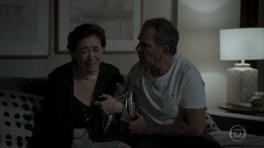Eurico tenta acalmar Silvana - Arquiteta não consegue segurar o choro e afirma para o marido que está destruída