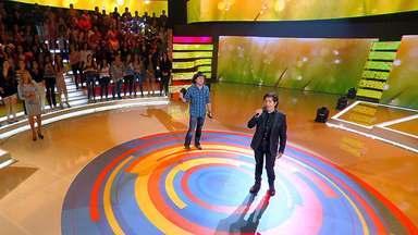 Chitãozinho e Xororó cantam 'Página de Amigos' - Cantores animam a plateia do 'Caldeirão'