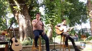 Daniel dedica música para a esposa Aline - Cantor garante que é um paizão e canta 'Como Vai Você' em homenagem ao aniversário da mulher. Ele também comenta a fofura da filha Lara, que já mostra seu talento para a música