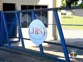 Fechamento de frigorífico completa um ano e ex-funcionários aguardam indenizações - JBS diz que todos os pagamentos previstos em lei foram feitos.